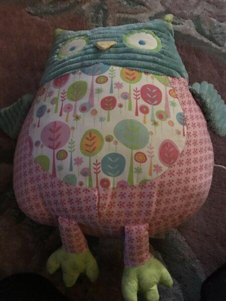 Pretty toy owl to sit on your bed